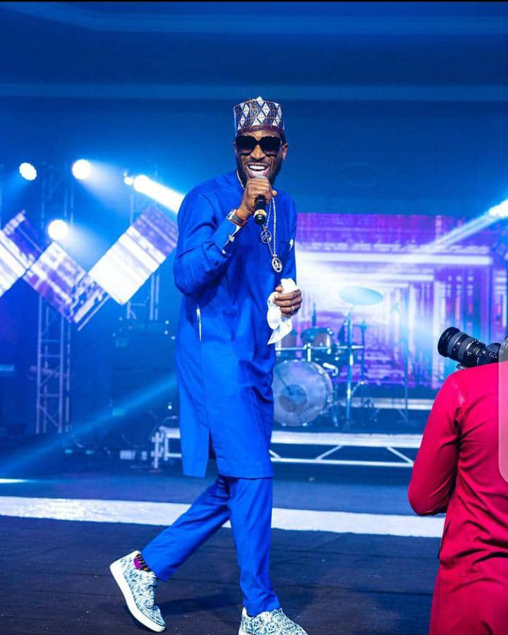 D'banj performing in a native outfit