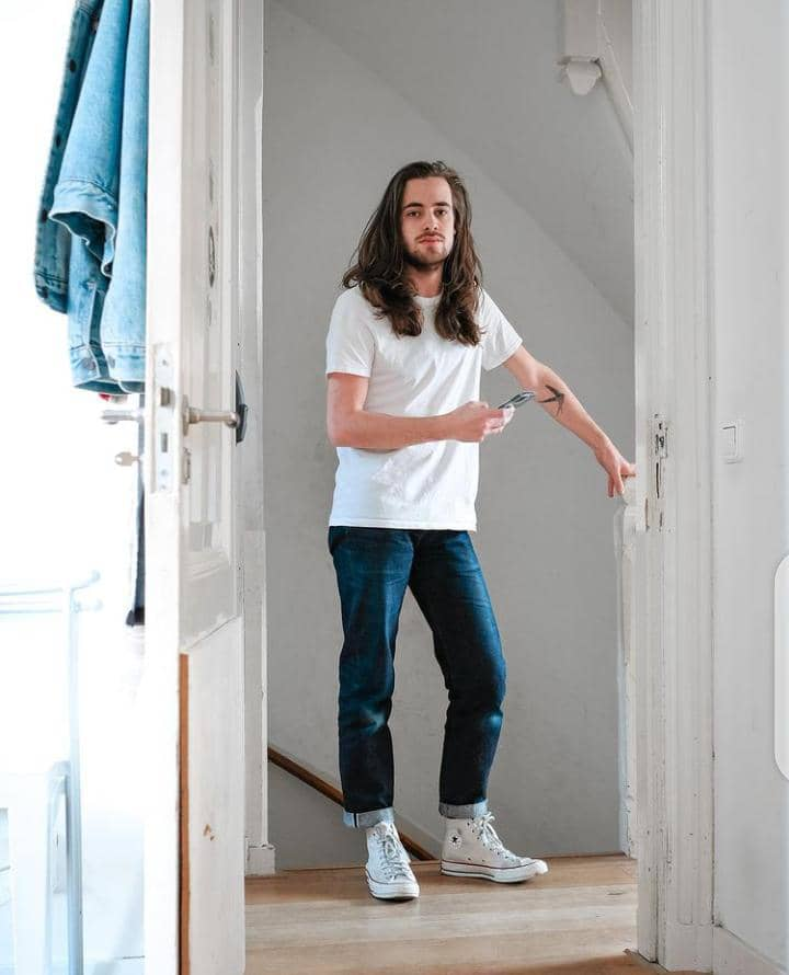 mann wearing white t-shirt with jeans