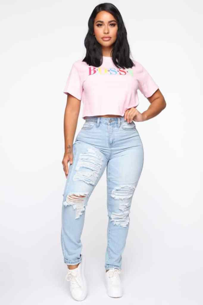 lady wearing high rise jeans