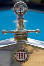 Kühlerdeckel mit Temperaturanzeige eines türkis-blauen FIAT Oldtimers