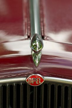 Kühler eines bordeaux-roten Opel Oldtimers