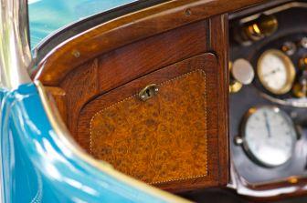 Walnuß Handschuhfach eines FIAT Oltimers