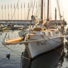 """Segelschiff """"Siora Bianca"""" im Hafen von Garda am Gardasee im Oktober 2018"""
