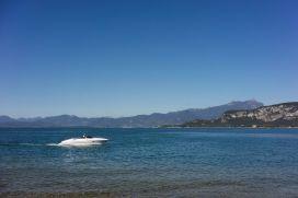 Motorboot auf dem Gardasee bei Garda im Oktober 2018