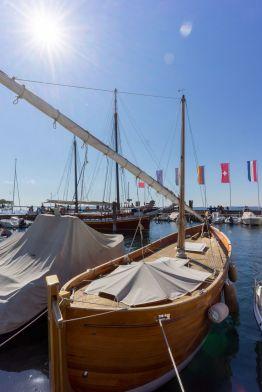 Gaffel Holz Segelboot mit Teakdeck im Hafen von Bardolino am Gardasee im Oktober 2018