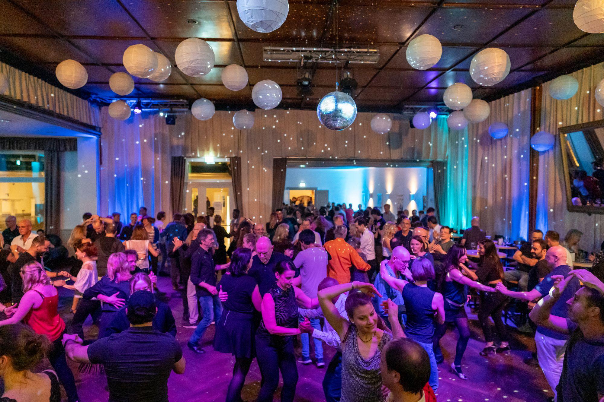 Salsa-Tänzer auf der Salsa Night in den Haas-Sälen Bamberg am 7. März 2020
