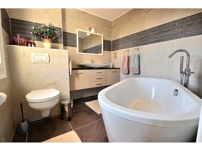 Ljus och rymlig lägenhet i Cannes Californie om 96 m² med vacker havsutsikt  svensk mäklare franska rivieran badrum