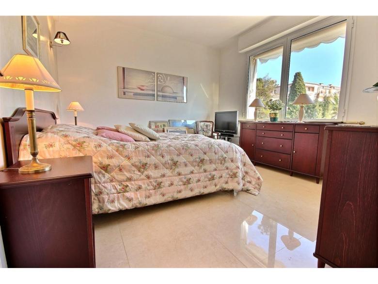 Ljus och rymlig lägenhet i Cannes Californie om 96 m² med vacker havsutsikt  svensk mäklare franska rivieran sovrum