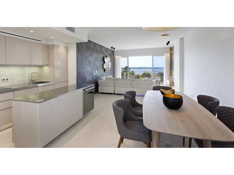 Lyxigt renoverad lägenhet till salu i Cannes Californie med havsutsikt svensk mäklare på franska rivieran vardagsrum