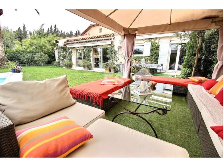 Villa till salu i Mandelieu la Napoule Riviera Golf svensk mäklare franska rivieran uteplats