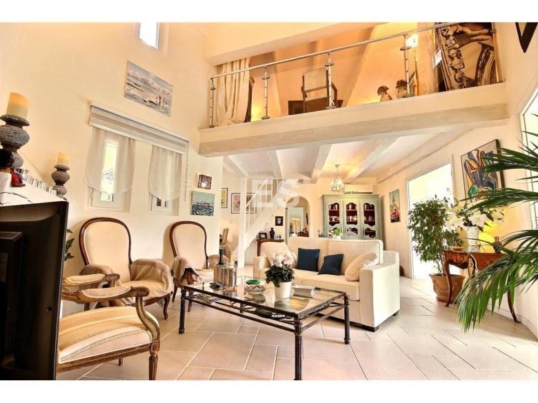 Villa till salu i Mandelieu la Napoule Riviera Golf svensk mäklare franska rivieran vardagsrum