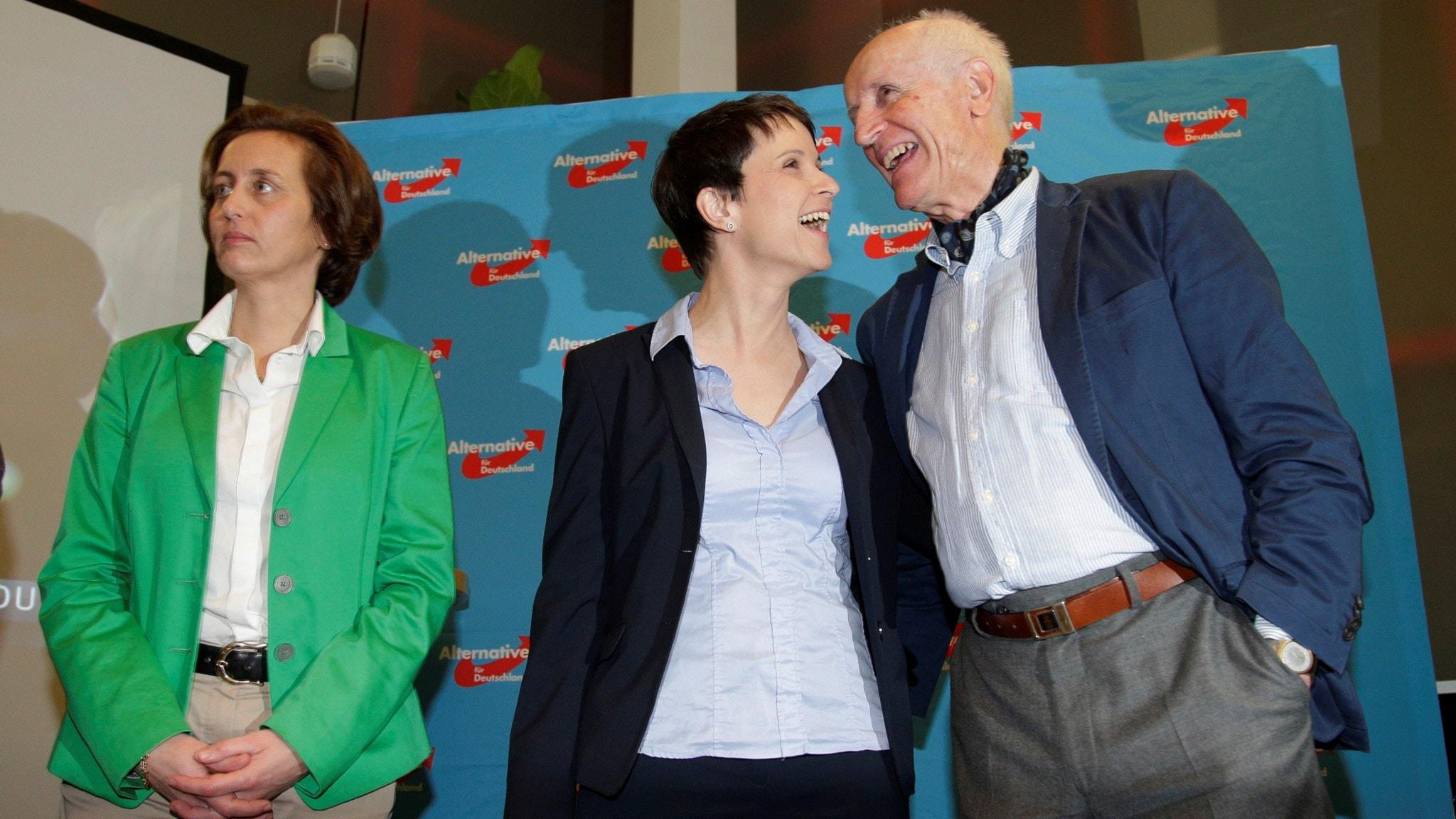 Frauke Petry (i mitte nav bilden), partiledare för AFD i Tyskland firar valframgångar med två partikollegor.