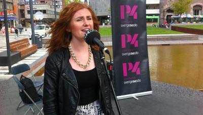 Josephine Thunell sjunger på Fristadstorget. Foto: Kasim Abdulkadir/Sveriges Radio.