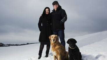Maria Möller och Janne Åström med hundarna Ursula och Balder. (Foto: Mattias Ahlm/SR)