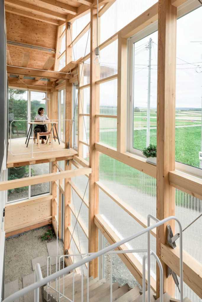 Полупрозрачный фасад  остроугольного дома на Хоккайдо