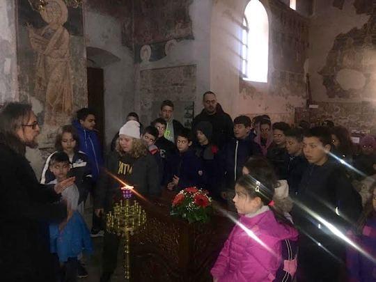 Дечји осмеси разнежили монахе фрушкогорских манастира