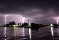 Blesky nad jezerem Maracaibo. Foto: NASA / Courtesy H. P. Díaz/Centro de Modelado Científico