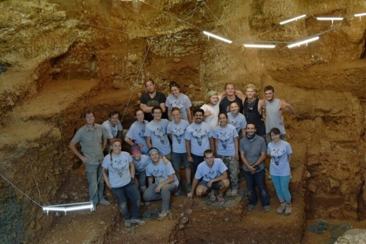 Tým amerických, portugalských a českých studentů a vědců v jeskyni Picareiro.