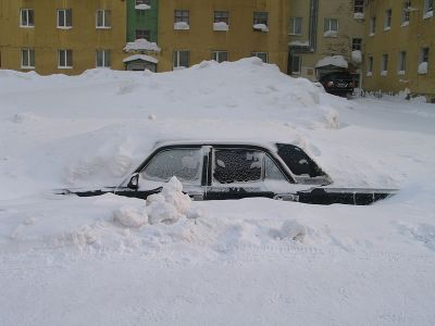 lada pod sněhem