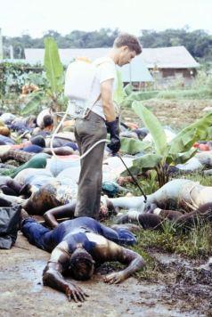 Američtí vojáci odklízeli těla obětí v Jonestownu. Foto: U.S. National Archives, Volné dílo