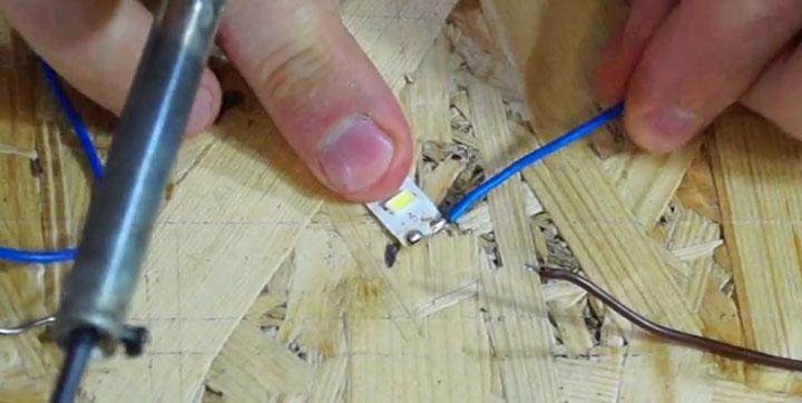 menyolder kabel ke pita pada sudut 90 derajat