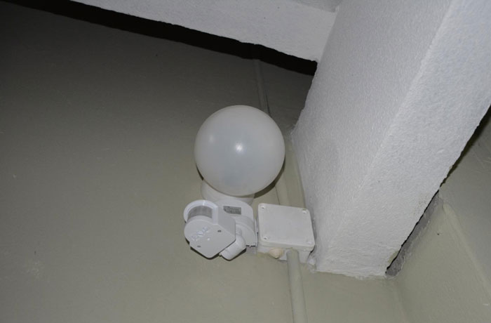 Sensor gerak di bawah kotak lampu