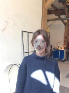 Signe Boe med fuglefilter for ansigtet i metalværkstedet