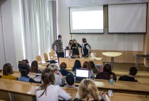 Øyvind, Somera, Pernille og Christian presenterer sin kampanje for jury, lærere og medelever