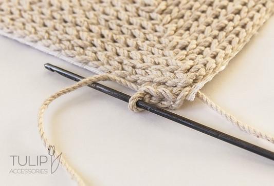 Мастерица вяжет крючком по канве — посмотрите какая красота у нее получается. Советы, идеи и мастер класс своими руками