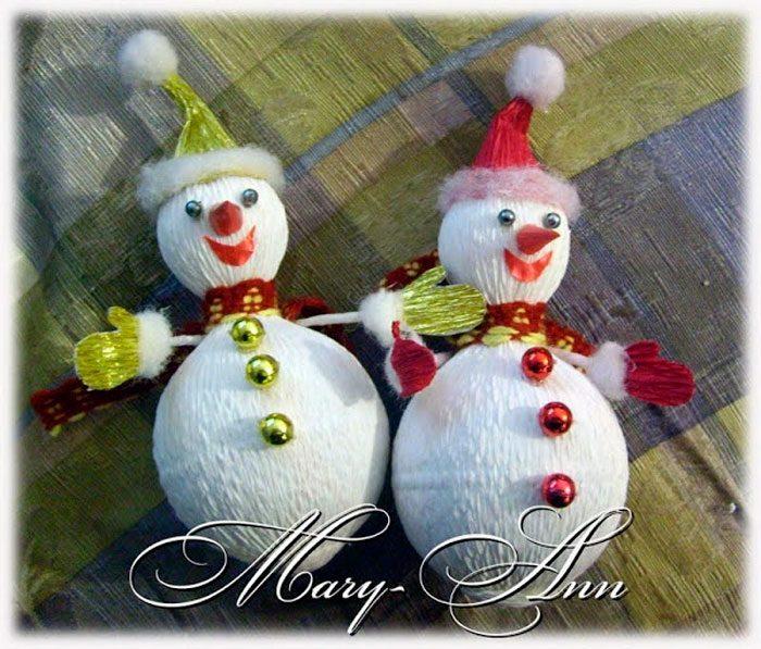 Lumiukko valmistettu karkkeista ja aallotetusta paperille