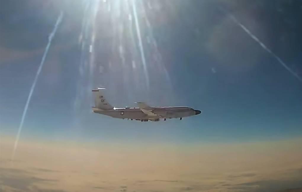 Минобороны показало видео перехвата самолета ВВС США российским МиГ-31