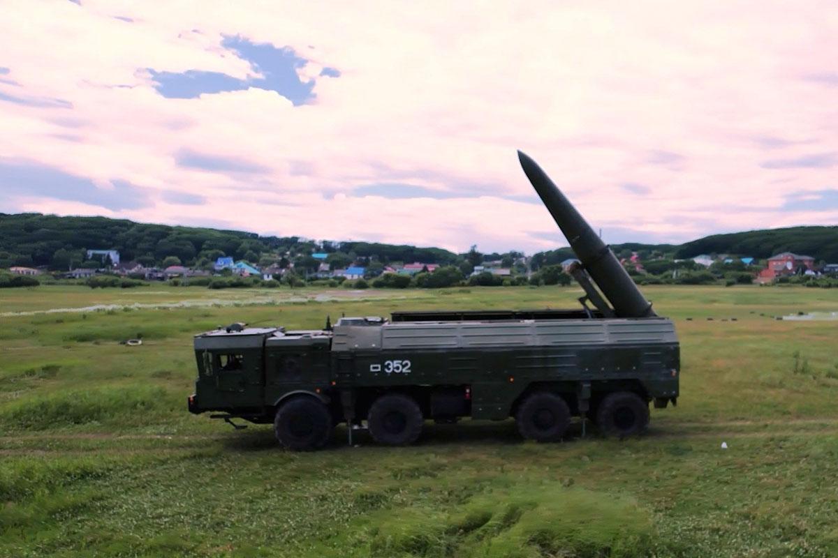С боем на позиции: расчеты «Искандеров» отразили атаку «диверсантов» в уссурийской тайге