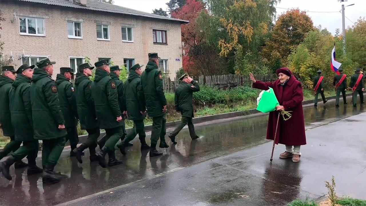 Военнослужащие ЗВО устроили парад в честь Дня рождения труженицы тыла во дворе ее дома