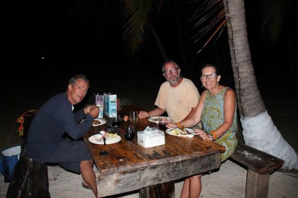 Waar anders dan op barbeque eiland eten we gezellig op het strand?