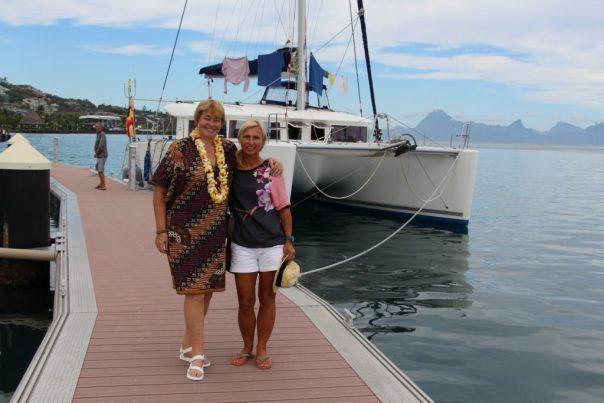 Katie en Ilse bij Sanuk aan de Papeete kade