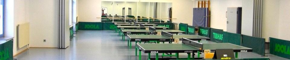 aufgebaute kl. Halle mit Tischtennis Tischen