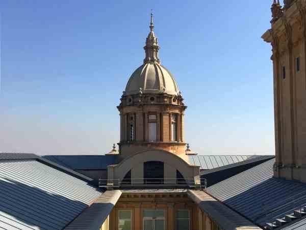 MNAC, Großer Turm mit Kuppel auf dem Dach.