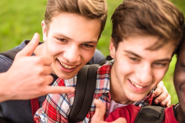 twee jongens op taaluitwisseling - deux garçons pendant un échange linguistique
