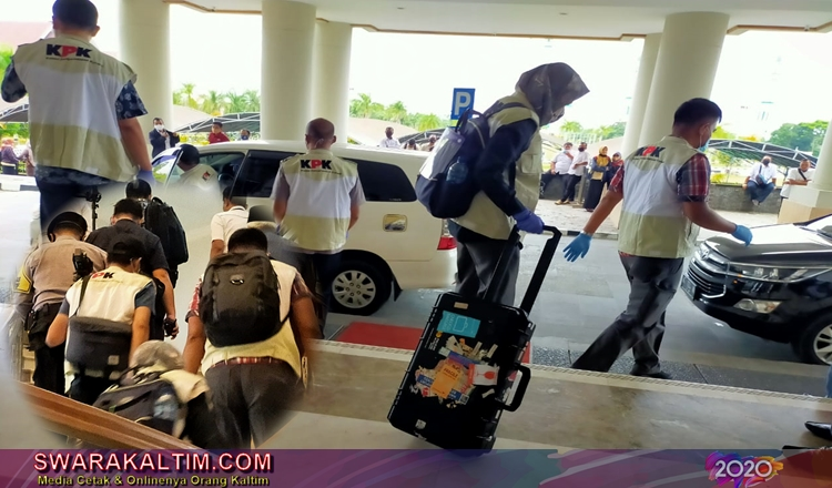 KPK Bawa Koper Besar ke Runjab Bupati Kutim