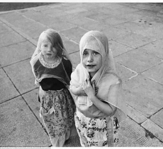 """Воображение: Эти дети, сфотографированные в Глазго в 1970 году, играли """"свадьбы"""" с самодельными фатами на улице. В то время было очень необычно для документального фотографа сосредоточиться на внутренних проблемах, тогда как войны и международные сюжеты превалировали в СМИ."""