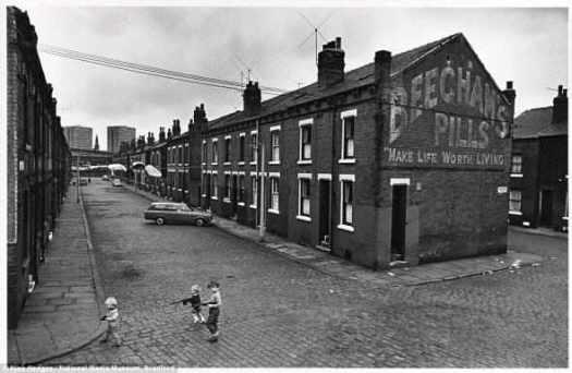 Зловеще: Три мальчика играют с оружием вдоль мощеных улиц между рядами вплотную стоящих домов в Лидсе, в июле 1970 года.