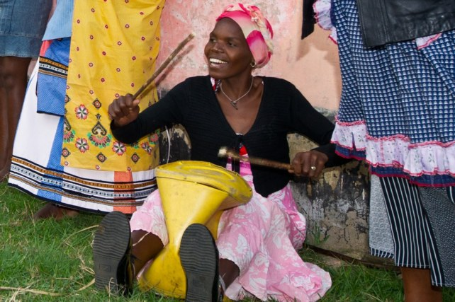 Mpondo woman drumming
