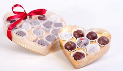 Süsse Herzen zum Muttertag, gefüllt mit veganen und lactosefreien Truffes und Pralinen