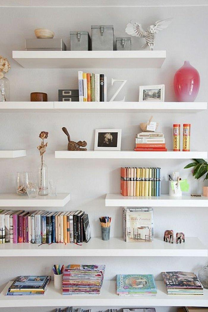 etagere-en-bois-blanc-livres-decoration-murale-mur-blanc-livres-a-poser-mur-blanc
