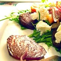 Wykwintna sałatka ze smażonymi burakami i kozim serem