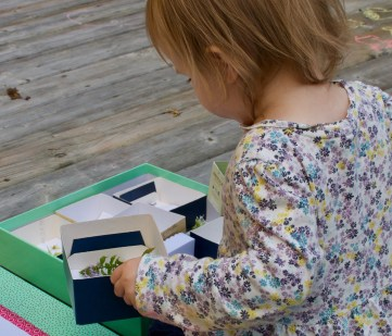 A no-cost DIY activity that encourages your toddles to examine natural objects