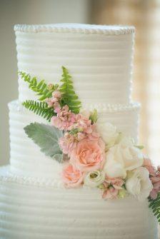 Roses decorate wedding cake