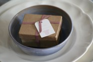 Caja con peladillas y tarjetita. 8x6,5x4cm. 6,60€.