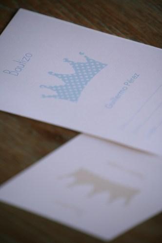 Invitaciones coronas azul y piedra