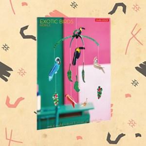 Mobile d'oiseaux exotiques en carton recyclé par studio ROOF.